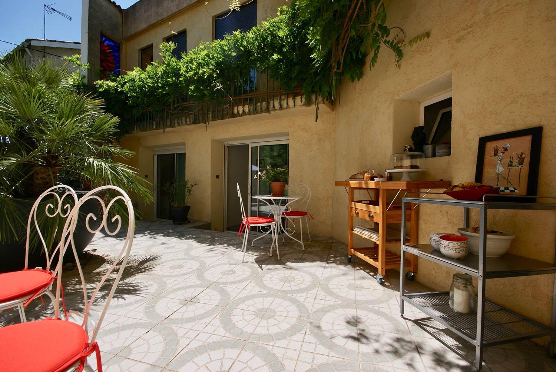 le patio int rieur de la maison d 39 h tes couette et caf. Black Bedroom Furniture Sets. Home Design Ideas